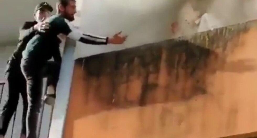 Dos amigos salvaron sin la ayuda de equipamiento a un anciano atrapado en su balcón tras desatarse un incendio en el edificio donde vivía. (Fotos: LIFE GOES ON en YouTube)