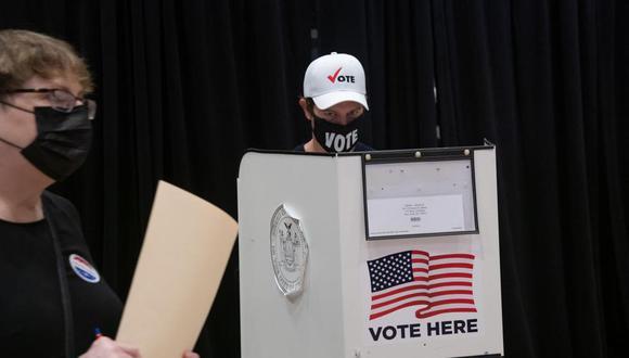 Un hombre emite su voto anticipado en el Madison Square Garden de la ciudad de Nueva York, el 24 de octubre de 2020. (AFP / Bryan R. Smith).