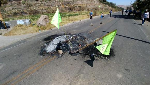 Los moradores mantienen tomado el puente Tumilaca, en la carretera binacional. Cerca de 200 vehículos de carga pesada se encuentran varados (Foto: cortesía)