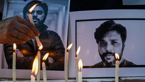 Periodistas colocan velas junto al retrato del periodista de Reuters, el danés Siddiqui, como tributo en Calcuta. (Foto: DIBYANGSHU SARKAR / AFP)