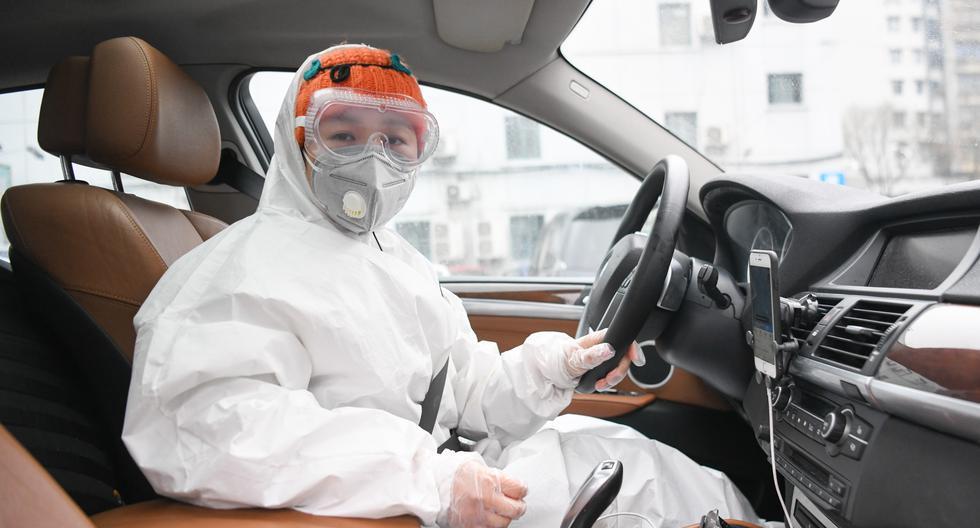 Liu maneja su automóvil en Wuhan, en el centro de China, para recolectar materiales alimentarios para cocinar y entregar comida gratuita. (Foto: Xinhua).