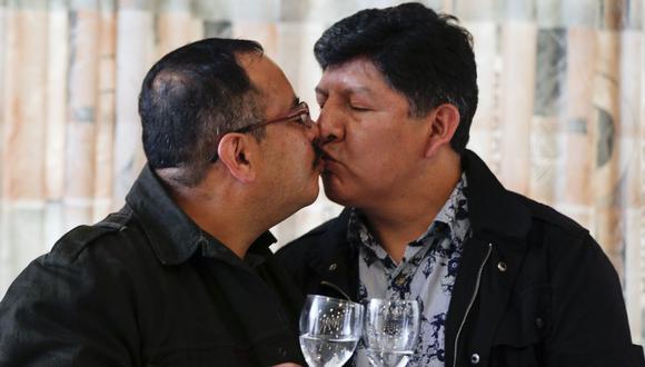 Guido Montano, a la izquierda, y su pareja David Aruquipa, se besan para una foto durante una conferencia de prensa en La Paz, Bolivia. (Foto AP / Juan Karita).