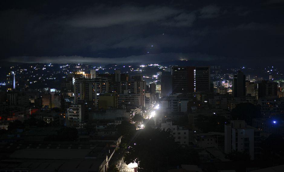 El apagón fue el cuarto mayor sufrido por Venezuela luego de que en marzo se registraron tres interrupciones masivas que dejaron a millones de personas sin servicios básicos. (AFP)