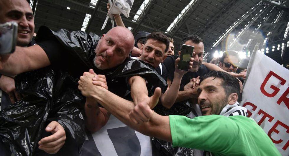 Gianluigi Buffon saludando a los hinchas de la Juventus en las gradas. (Foto: AFP)