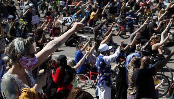 Manifestantes protestan el sábado en Minneapolis por la muerte del afroestadounidense George Floyd, a quien un policía blanco le oprimió el cuello con una rodilla durante varios minutos cuando lo tenía sometido, el 25 de mayo. (AP Foto/John Minchillo).