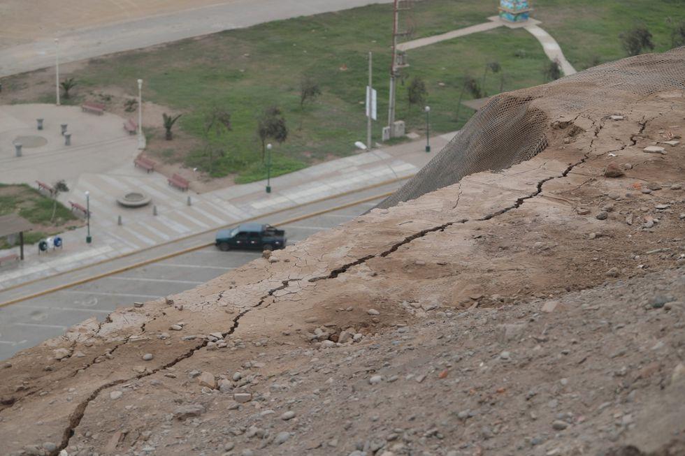 El Ejecutivo declaró hoy en estado de emergencia los acantilados de la Costa Verde para intervenirlos con obras inmediatas (Foto: Marco Ramón).