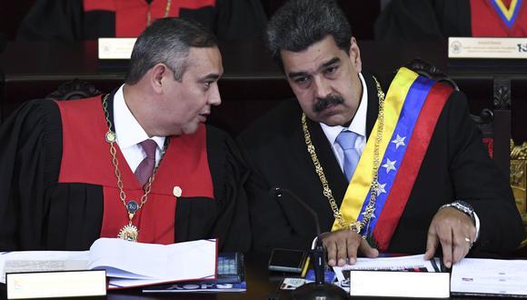 El presidente del TSJ, Maikel Moreno, junto al mandatario de Venezuela, Nicolás Maduro, en una imagen del pasado 31 de enero. (Foto: Yuri CORTEZ / AFP).