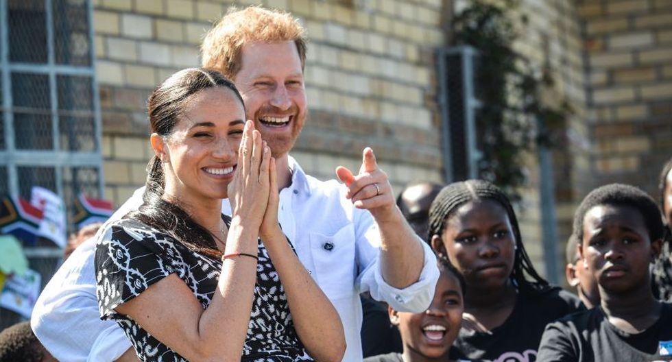 """El príncipe Harry, el duque de Sussex y Meghan, la duquesa de Sussex llegan a visitar el """"mostrador de justicia"""", una ONG en el municipio de Nyanga en Ciudad del Cabo, mientras comienzan su gira por la región el 23 de septiembre de 2019. (Foto: AFP/Archivo)."""