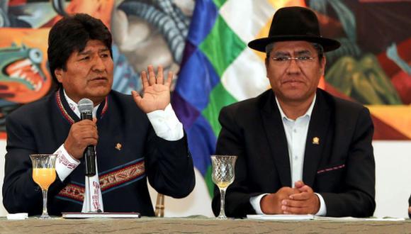 En la imagen, el presidente de Bolivia, Evo Morales (izquierda) y el canciller de Bolivia, Diego Pary (derecha), durante una rueda de prensa sobre las pasadas elecciones y las acusaciones de fraude, ante miembros de delegaciones diplomáticas y organismos internacionales el 22 de octubre, en La Paz. (Foto: EFE)