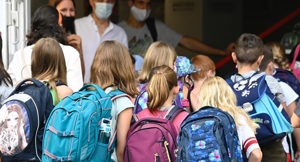 Los estudiantes llegan a clase en la escuela primaria Carl Orff, en el oeste de Berlín. (Foto de Tobias SCHWARZ / AFP)