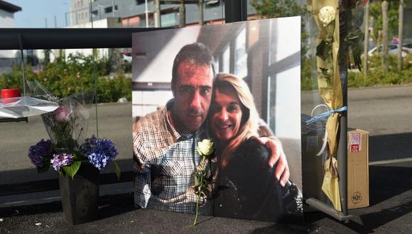 Una imagen de Veronique Monguillot y su esposo Philippe Monguillot, un conductor que murió después de ser atacado por un grupo de personas que no quería llevar mascarillas en Bayona, Francia. (Foto por GAIZKA IROZ / AFP).