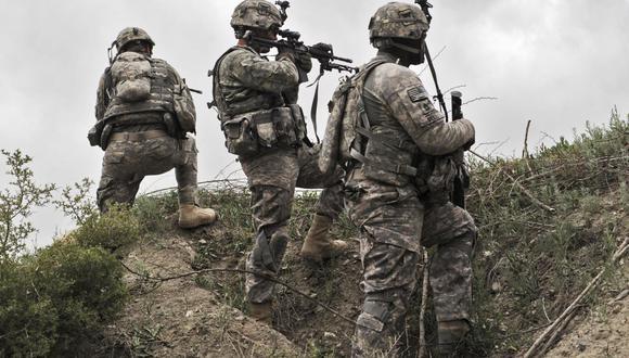 En esta foto de archivo, soldados estadounidenses del Segundo Pelotón, Tropa Bravo, Caballería 33, toman posición durante una patrulla en la aldea Ibrahim Khel de la provincia de Khost, Afganistán, el 11 de abril de 2010. (Foto: MASSOUD HOSSAINI / AFP).