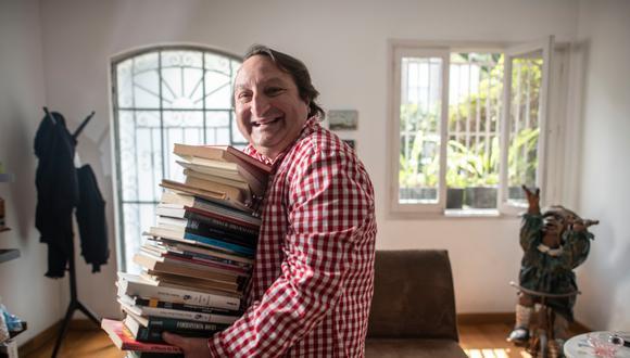 Gonzalo Torres nos recibe esta semana en su casa para enseñarnos parte de su colorida colección de libros. Su gran fascinación es la historia de Lima. / Foto: Elías Alfageme.
