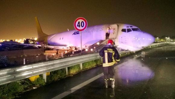 Italia: Un avión se salió de la pista y acabó en una carretera