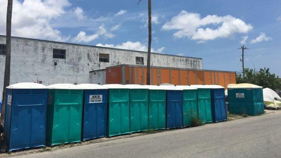 Las autoridades instalaron hace un tiempo baños portátiles en las inmediaciones del campamento. (Foto: BBC Mundo)