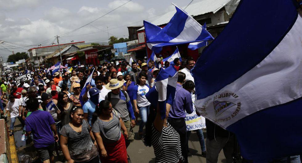 Cientos de personas marchan durante una protesta en Nicaragua. (Foto: EFE)