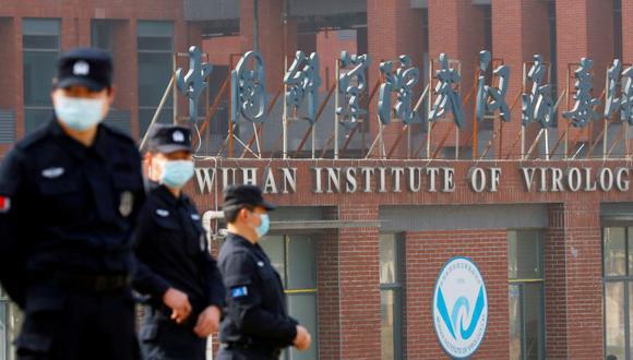 Personal de seguridad vigila fuera del Instituto de Virología de Wuhan durante la visita del equipo de la Organización Mundial de la Salud (OMS) encargado de investigar los orígenes de la enfermedad por coronavirus (COVID-19), en Wuhan, provincia de Hubei, China. (Foto: REUTERS / Thomas Peter /Archivo).