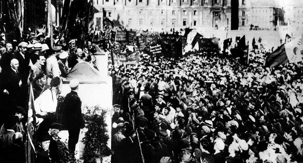 Vladimir Ilyich Ulianov (1870-1924), mejor conocido como Lenin (arriba I), se dirige al 19 de julio de 1920 en la Plaza Uritsky en Petrogrado, los miembros del segundo congreso de la Tercera Internacional (Comintern). (AFP)<br>
