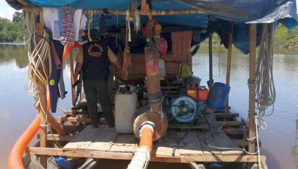 Los intervenidos fueron identificados como Iván Alván del Águila, de 28 años, y Percy Máximo Marín Capinoa, de 36 años. Ambos fueron descubiertos cuando estaban a bordo de dos botes peque peque en uno de los afluentes del río (Foto: Daniel Carbajal)