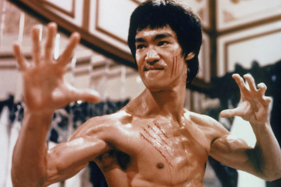 A los 80 años del nacimiento de Bruce Lee (27 de noviembre de 1940) revisamos su filmografía para encontrar algunos de sus oponentes más icónicos (uno por cada década desde su nacimiento) durante su tiempo en la pequeña y gran pantalla. (Fuente: Warner Bros)