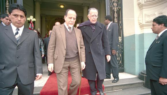 Francisco Belaunde Terry sale del Congreso acompañado de su primo el ex congresista Martín Belaunde Moreyra en octubre del 2006.  (Foto: GEC Archivo)