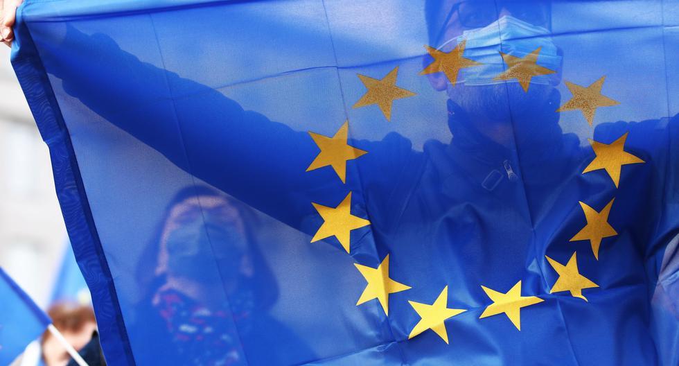 Una manifestante que se dio cita este domingo en Varsovia, sostiene la bandera de la Unión Europea, una forma de expresar su deseo de seguir siendo un miembro de la comunidad. REUTERS