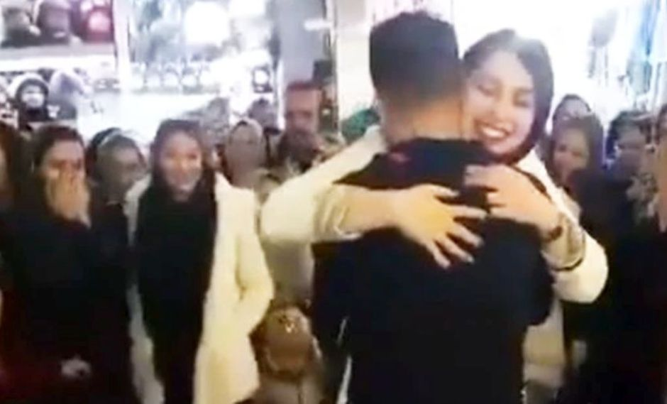 Irán arresta a pareja por romántica pedida de matrimonio en público | VIDEO. (Captura)