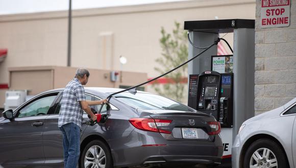 Los autos se alinean para llenar sus tanques de gasolina en un Costco de Tyvola Road, en Charlotte, Carolina del Norte. (Foto de Logan Cyrus / AFP).