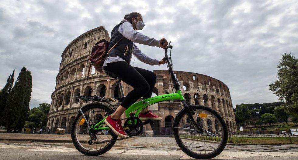 Coronavirus en Italia | Ultimas noticias | Último minuto: reporte de infectados y muertos hoy jueves 21 de mayo del 2020. | Covid-19 | Ciclistas frente al Coliseo durante la fase dos del bloqueo de emergencia del Coronavirus en Roma, Italia. (Foto: EFE / EPA / ANGELO CARCONI).