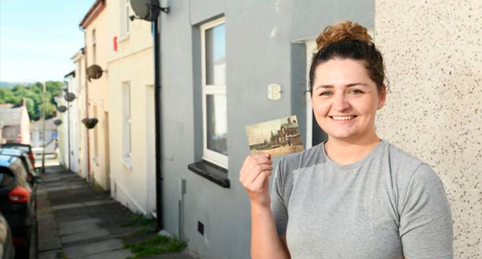 Michaela Webber posa sonriente con la postal que recibió en su casa. (Penny Cross / Plymouth Herald)