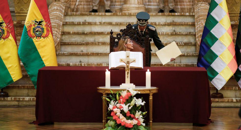 Tras la dimisión de Evo Morales a la presidencia de Bolivia, Jeanine Áñez ocupó el cargo y llegó a la Sede del Ejecutivo anunciando que con ella volvía la Biblia al Palacio. El factor religioso ha sido uno de los muchos protagonistas en la reciente crisis social boliviana. (Reuters)