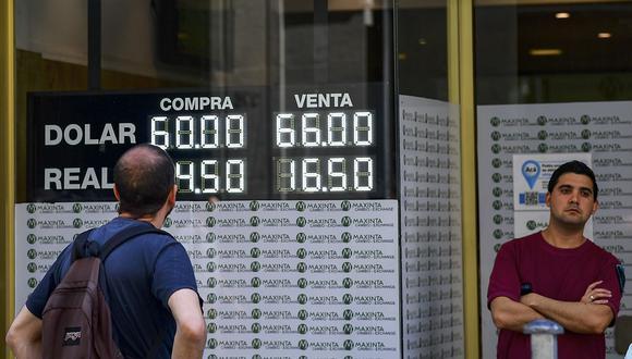 """El """"dólar blue"""" se cotizaba en 169 pesos en Argentina este lunes. (Foto: AFP)"""