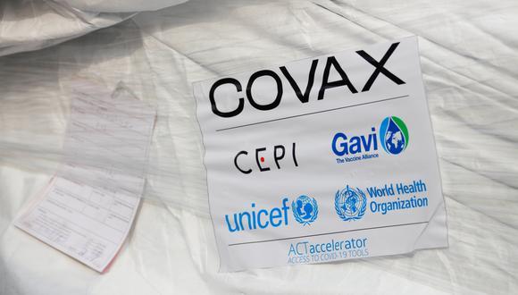 Se ve un paquete de vacunas AstraZeneca/Oxford mientras Ghana recibe su primer lote de vacunas contra la enfermedad por coronavirus (COVID-19) bajo el esquema COVAX, en el aeropuerto internacional de Accra, el 24 de febrero de 2021.  (REUTERS/Francis Kokoroko).