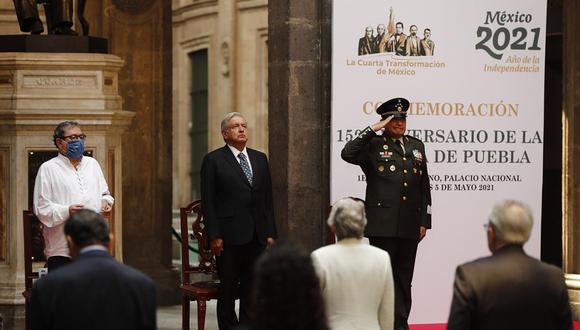 El presidente de México, Andrés Manuel López Obrador, guarda un minuto de silencio por las victimas del metro en Palacio Nacional de la Ciudad de México, en el evento donde se conmemoró el Cinco de Mayo. (EFE/ José Méndez)