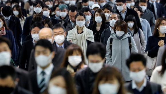 Coronavirus en Japón | Ultimas noticias | Último minuto: reporte de infectados y muertos lunes 20 de abril del 2020 | Covid-19 | Personas que usan máscaras faciales esperan el transporte en la estación de metro Shinagawa durante la hora pico. (REUTERS / Kim Kyung- Hoon).