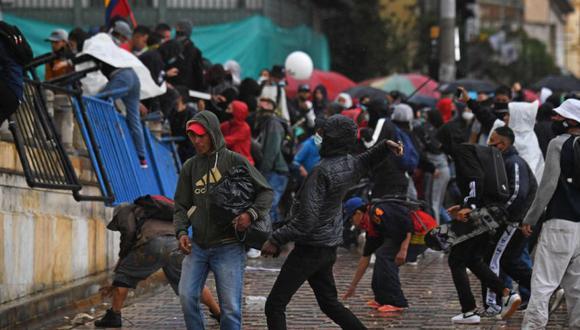 Se ven personas durante una manifestación contra la reforma tributaria propuesta por el presidente colombiano Iván Duque, en Bogotá. (Foto: AFP / JUAN BARRETO).