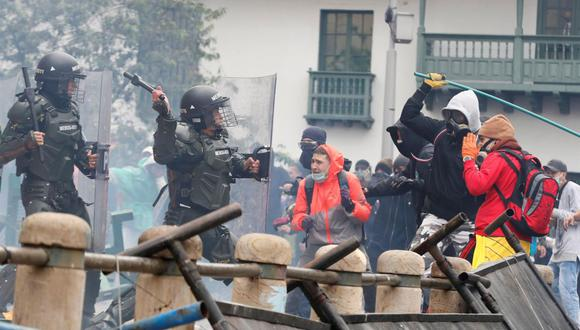Foto del 28 de abril de 2021 que muestra a un grupo de manifestantes enfrentando miembros de la policía de Colombia. (EFE/ Carlos Ortega).