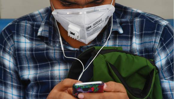 Las noticias falsas que circulan en redes sociales sobre el coronavirus se han incrementado. (Foto: Indranil MUKHERJEE / AFP)