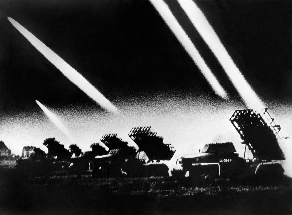 Imagen publicada el 22 de junio de 1941 de lanzadores de cohetes soviéticos atacando a los nazis. Foto: AFP