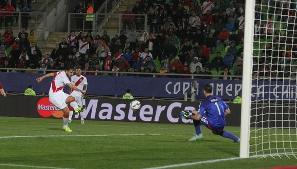 De fuerte zurdazo, Pizarro marcó su último gol con Perú ante Venezuela en el 2015. (Foto: Alan Ramírez / GEC)