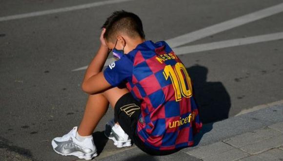 Su imagen esperando la llegada de Lionel Messi al club se hizo viral. Tras unos días de suspenso, el niño cuenta cómo vivió la novela entre el Barcelona y el argentino. (Foto: EFE)