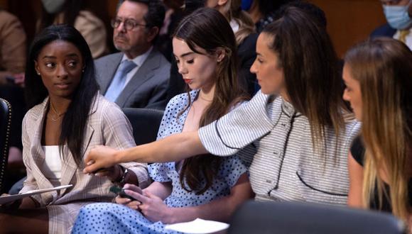 De izquierda a derecha, las gimnastas olímpicas de Estados Unidos Simone Biles, McKayla Maroney, Aly Raisman y Maggie Nichols, llegan para testificar ante el Senado de Estados Unidos. (SAUL LOEB / AFP).