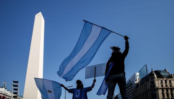 Las protestas en Argentina son frecuentes. Así como este año cientos de personas marcharon contra el gobierno de Alberto Fernández, frente al Obelisco de la Ciudad de Buenos Aires, en el 2001 también lo hicieron contra Fernando de la Rúa. Entonces, la crisis fue muchísimo peor. (EFE/Juan Ignacio Roncoroni).