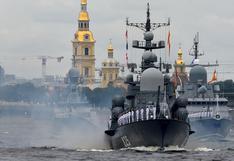Putin presume del poderío de Armada rusa en desfile naval en San Petersburgo