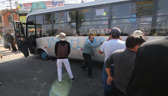 Los manifestantes en su desplazamiento llegaron hasta el puente Añashuayco, en Cerro Colorado. (Foto: Leonardo Cuito)