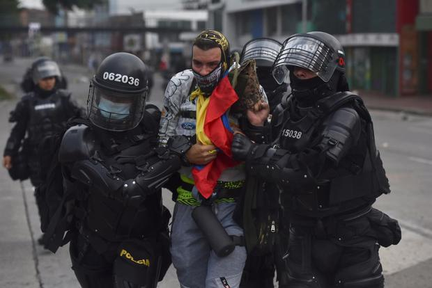 Members of ESMAD detain a protester who was protesting against the tax reform promoted by Colombian President Iván Duque. (EFE / Ernesto Guzmán Jr).