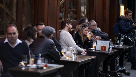 Los clientes cenaron en una zona de asientos al aire libre de un restaurante en Soho en Londres, Reino Unido. (Foto: Archivo/Jason Alden / Bloomberg).