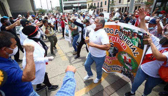 Policías en retiro realizan marcha para respaldar a agentes que participaron en protestas. (Foto: Hugo Curotto)