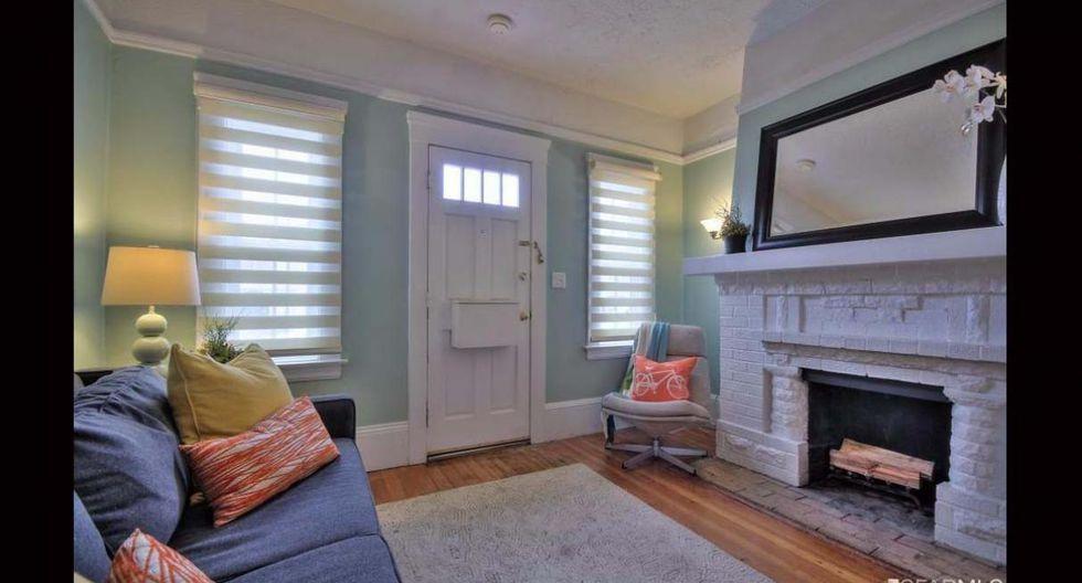 Esta casa cuenta con una elegante chimenea en la sala. (Foto: redfin.com)