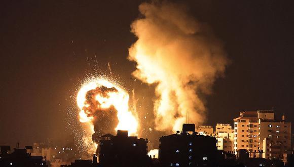 Una imagen muestra los ataques aéreos israelíes en la Franja de Gaza, controlada por el movimiento islamista palestino Hamas, el 10 de mayo de 2021. (Foto de MAHMUD HAMS / AFP).